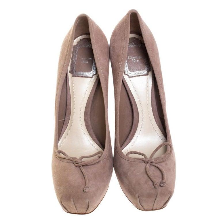 Dior Beige Suede Bow Detail Block Heel Platform Pumps Size 38.5 In Excellent Condition For Sale In Dubai, Al Qouz 2
