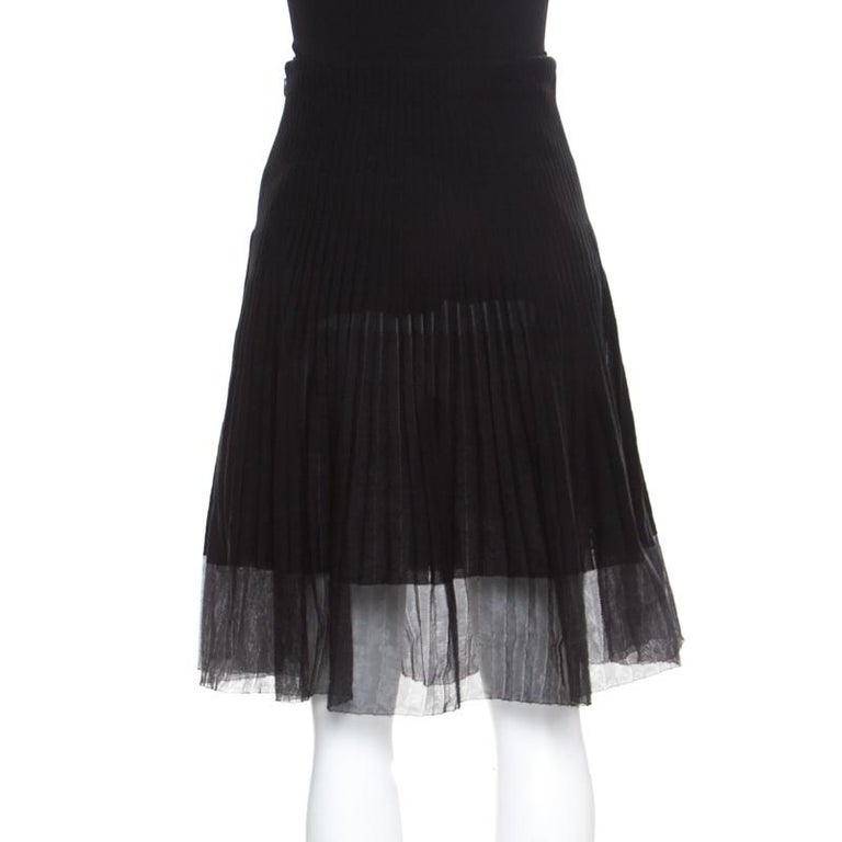 You'd definitely want to be seen wearing this skirt from Dior! Finely made from quality fabrics, this creation has a pleated design in a flared silhouette. You can team it with an off-shoulder top and high heels to look amazing.