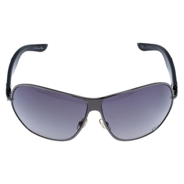 This pair of sunglasses is super trendy. Made from acetate and gunmetal-tone fittings, the pair features a lovely shape, brand details on the temples and protective lenses. The sunglasses will not just shield you on sunny days but will also add to