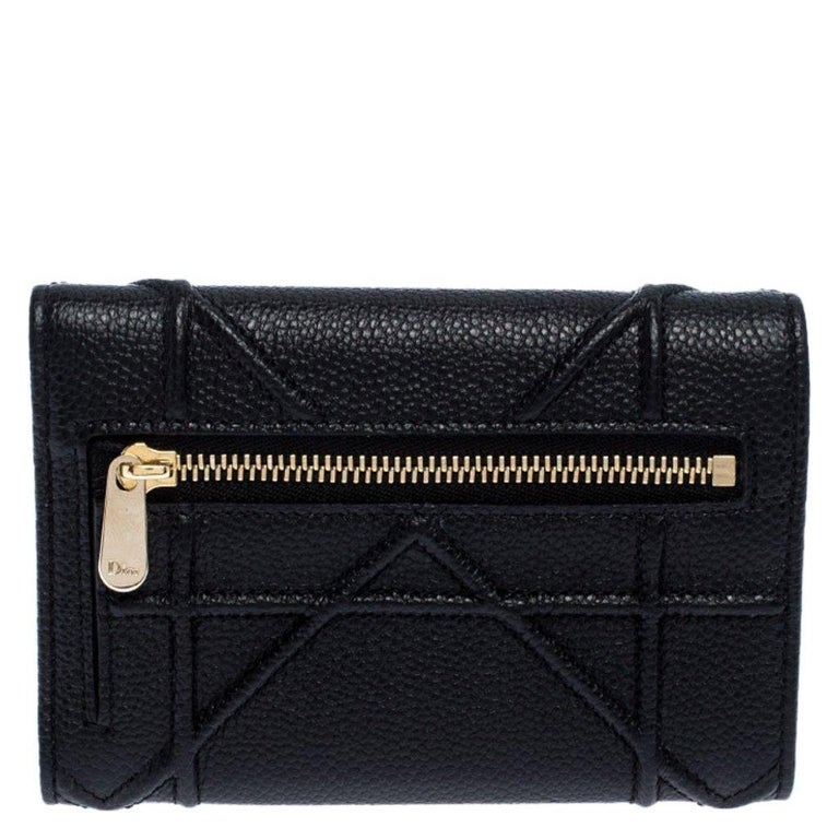From its structured shape to its artistic craftsmanship, the Diorama wallet sweeps us off our feet. It has been crafted from black leather and covered in the brand's signature Cannage pattern. Magnetic closure on the flap secures a leather interior
