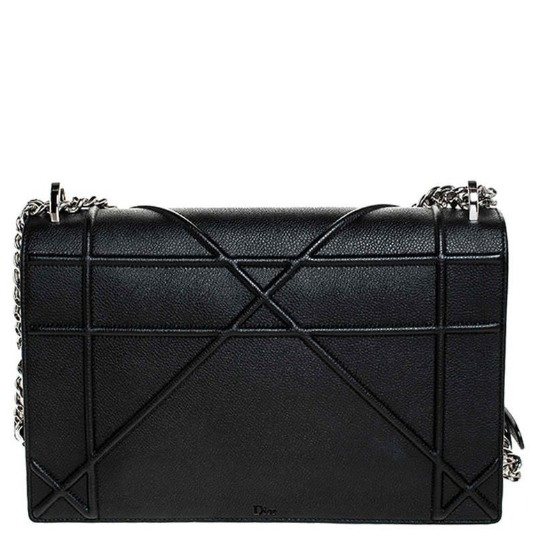 This Diorama bag is simply breathtaking! From its structured shape to its artistic craftsmanship, the bag sweeps us off our feet. It has been crafted from black leather and covered in the brand's signature Cannage pattern. A magnetic closure on the