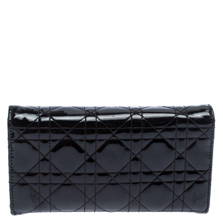 This Dior 'New Lock' wallet was named after 'New Look' which was actually coined by Christian Dior himself. Dazzling in a gorgeous black shade, the wallet on chain is crafted from patent leather in their Cannage pattern and designed with a signature