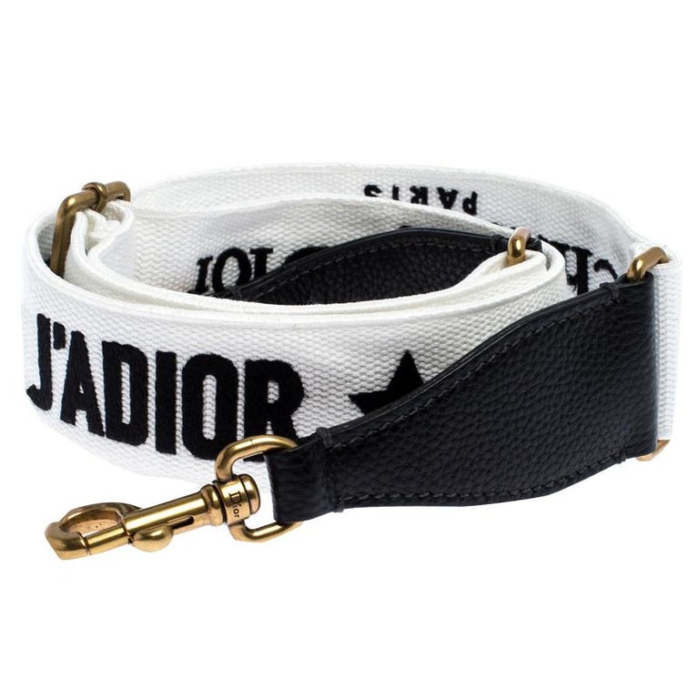 Dior brings you this super-chic shoulder bag strap that you can flaunt with your great collection of handbags. The strap is made from canvas and leather and it flaunts the 'J'Adior' motif throughout. It is complete with two gold-tone lobster clasps