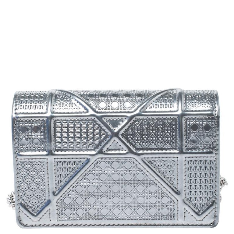 This Diorama bag is simply breathtaking! From its structured shape to its artistic craftsmanship, the bag sweeps us off our feet. It has been crafted from silver patent leather and covered in the brand's signature Cannage pattern. A silver-tone