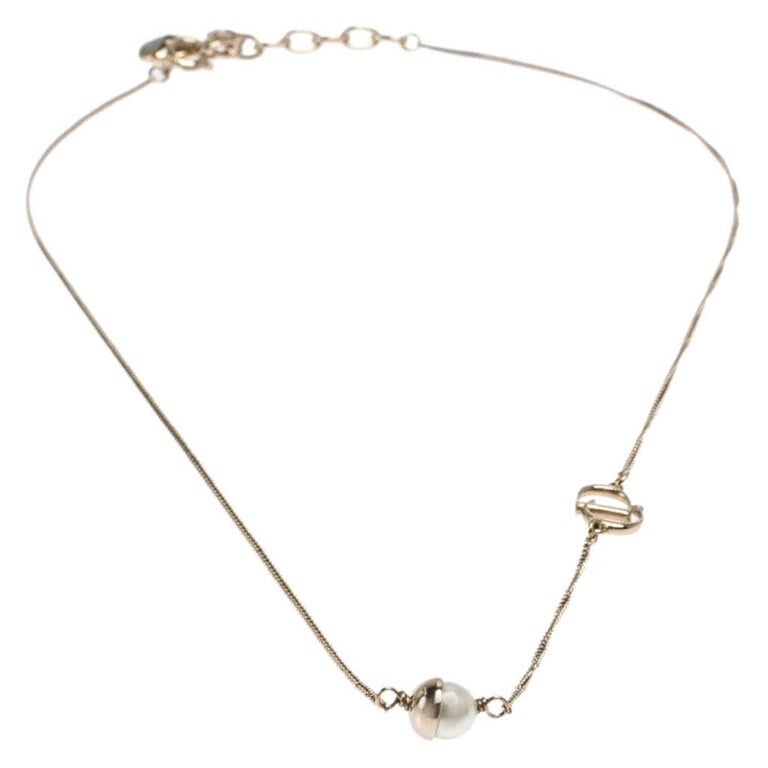 This Dior Mise en Dior necklace is a lovely everyday piece. Designed in gold-tone metal, this piece comes with a faux pearl pendant and the 'CD' logo attached to the chain. Secured by a spring-ring closure, the size can be customised to the desired