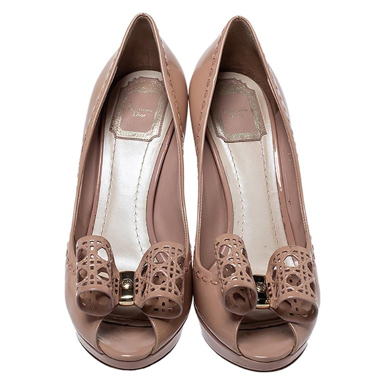Dior Nude Beige Patent Leather Cannage Bow Peep Toe Pumps Size 39 In Good Condition For Sale In Dubai, Al Qouz 2