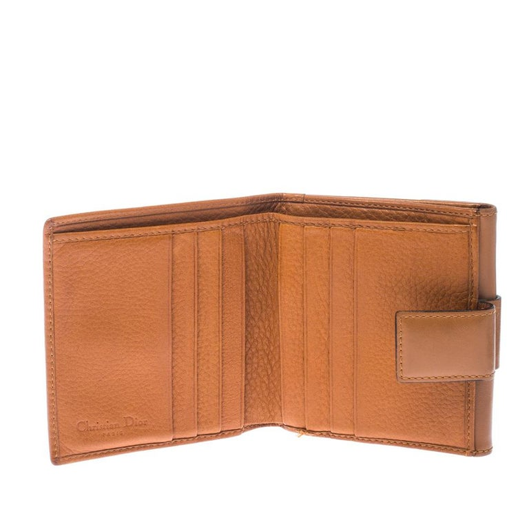 Bringing elegance and class to your bag, this Diorling wallet by Dior is stylish and convenient. Featuring a lovely tan shade, this superb wallet is a stylish accessory. Your cards and currency can be carried effortlessly in the well-organised