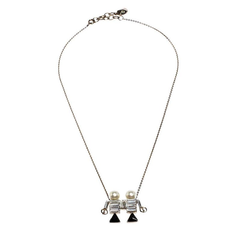Add a unique touch by wearing this necklace from Dior which comes as the third astrological Zodiac sign, Gemini. The crystals studded in the center combine well with the faux pearls decorated on the top. The twin pendant is held by a chain and