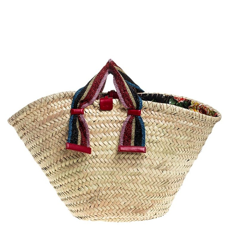High on style, carry this bag from Dolce and Gabbana without compromising on style. This super classy and stunning bag is crafted from woven Raffia and exudes brilliant craftsmanship. The brand logo is flaunted on the front and the bag is held by
