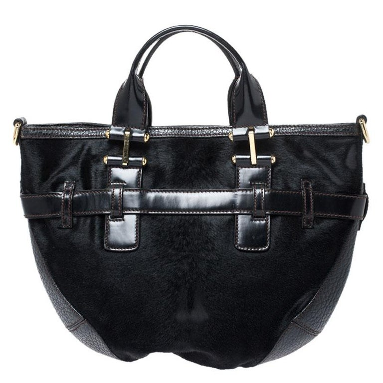 This stunning Miss Mary hobo bag by Dolce & Gabbana exudes style and sophistication. Crafted in Italy, it is made of calfhair and leather. It comes in a classic shade of black and has a lovely silhouette. It is held by dual handles, the exterior