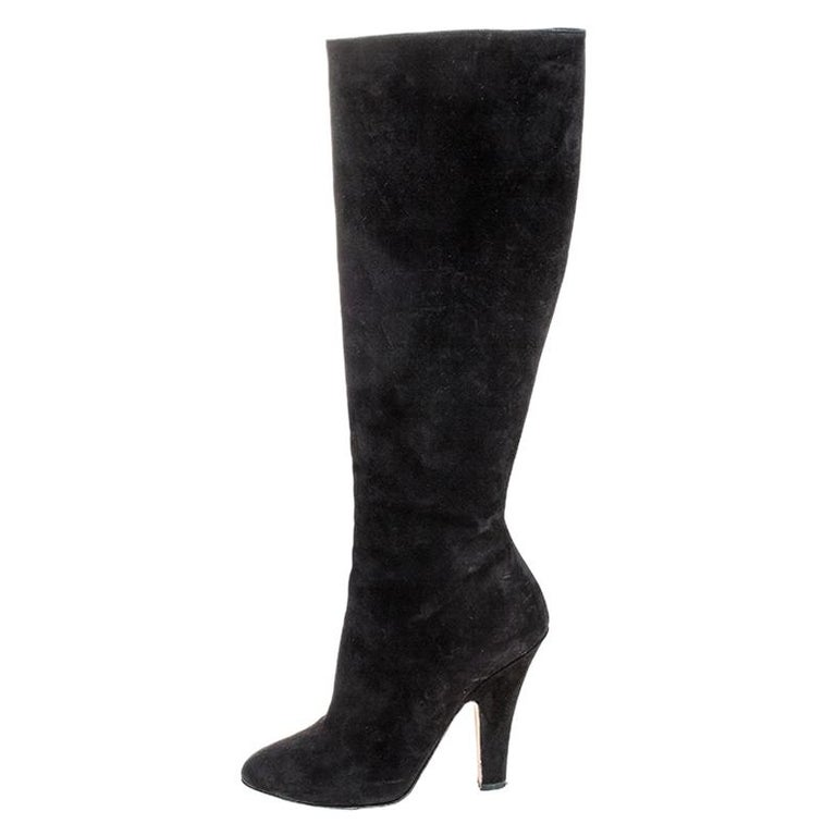 Simple and sophisticated, these knee-length boots from Dolce&Gabbana are a must-buy for the fashionable you. These black boots are crafted in suede and come balanced on 11.5 cm heels. They can be paired with a long tunic or an oversized shirt to
