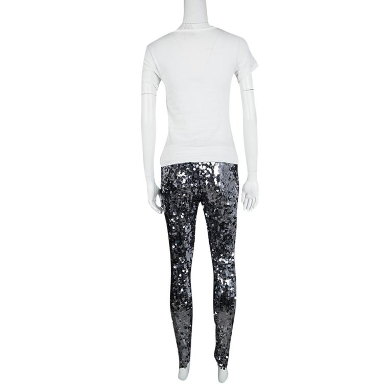 The house of Dolce and Gabbana brings to you a glamorously designed pair of leggings that can be flaunted for a chic evening party. The sequined embellishments on the surface that exude a sparkling glow, these leggings are the perfect companions for