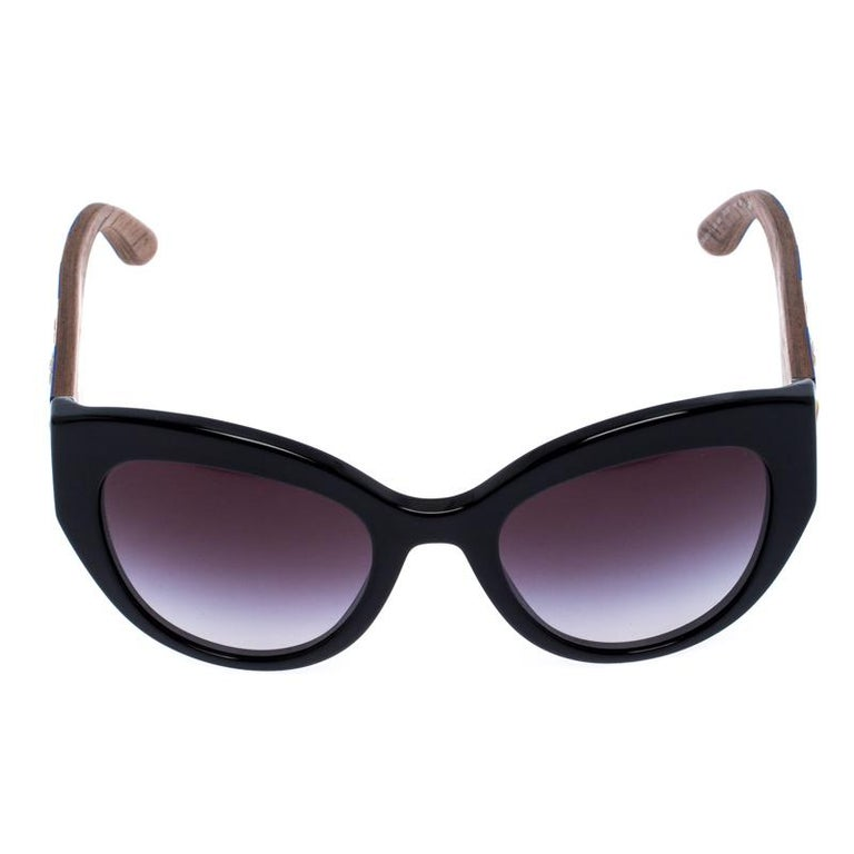 A fashionista like you deserves the best, like these sunglasses from Dolce&Gabbana. Styled to eloquently express your personal style, these sunglasses carry a cat eye shape with Sicilian Carretto prints on the temples. While its design will make you