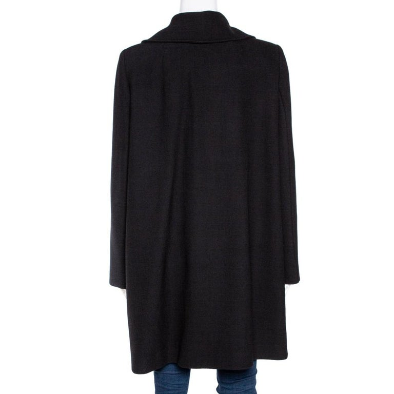 The smart silhouette, fine tailoring, and an elegant appeal make this pea coat from Dolce & Gabbana just the right choice for any dapper man. Cut from a wool blend, this creation features a double-breasted silhouette and long sleeves. Elevate your