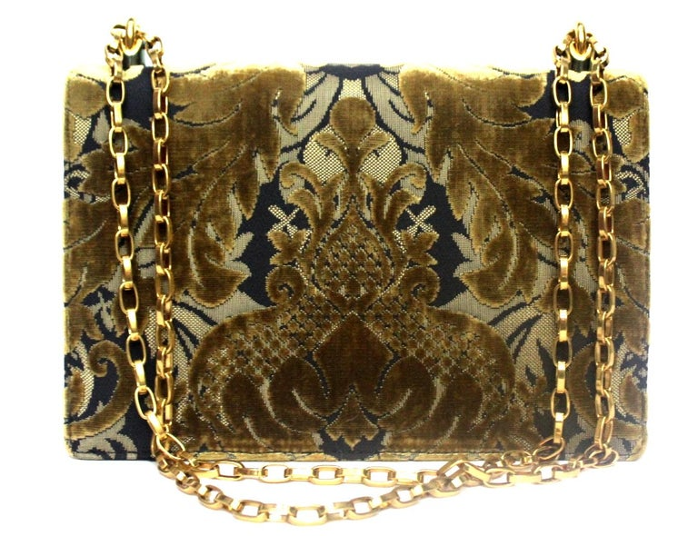 Very special Girls by D&G in black and beige damask fabric. Enriched on the front by a large DG logo, hardware and golden chain. Front flap closure, internally roomy for the essentials. CONDITIONS LIKE NEW.