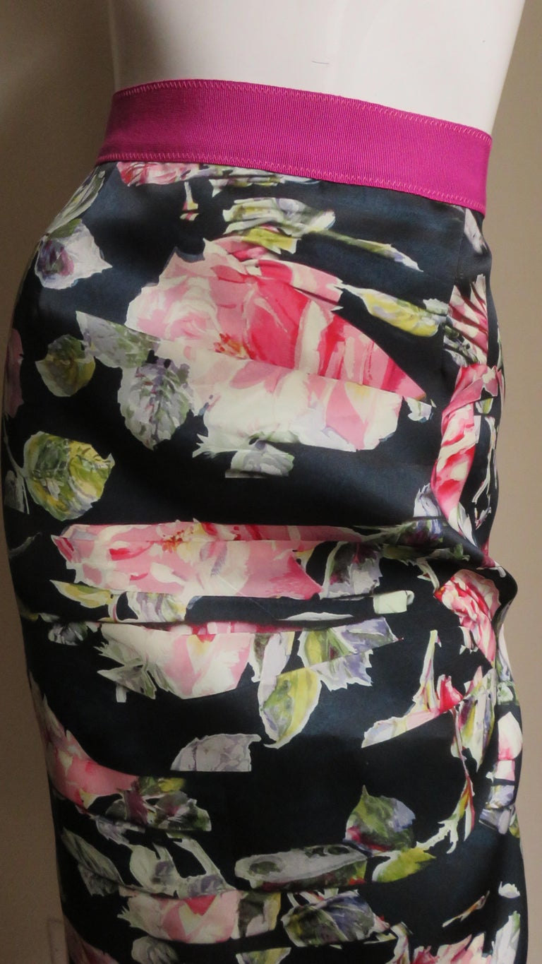 Dolce & Gabbana New Roses Color Block Silk Skirt In Good Condition For Sale In New York, NY