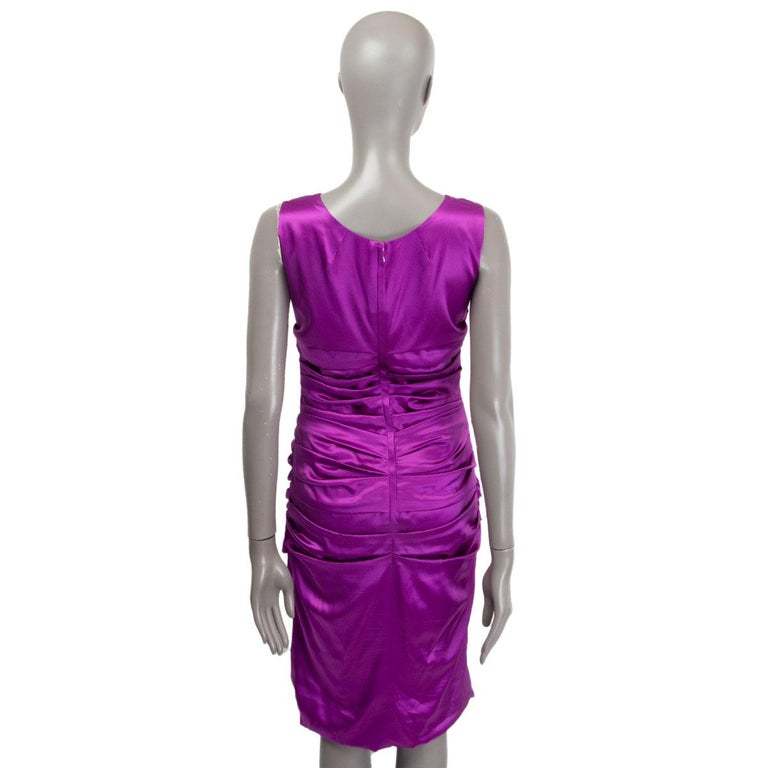 DOLCE & GABBANA purple silk RUCHED SATIN Sleeveless Cocktail Dress 44 L In Excellent Condition For Sale In Zürich, CH