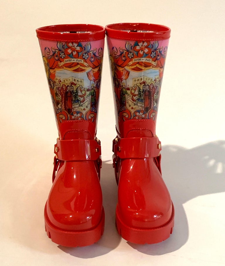 Dolce & Gabbana Red Italian Theatre Print Rainboots Wellies Galoshes In New Condition For Sale In San Francisco, CA