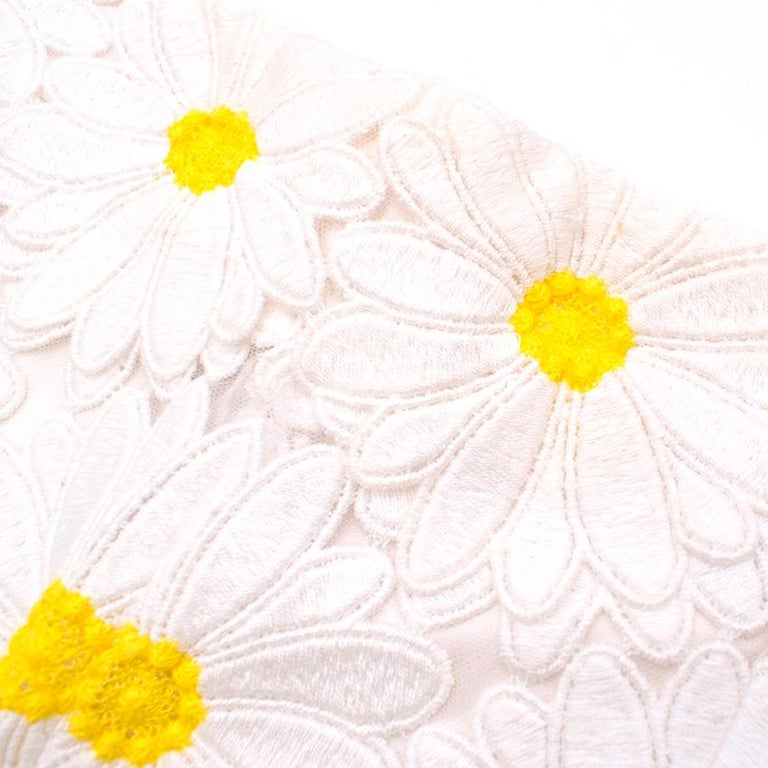 Dolce & Gabbana White Daisy Applique Shorts 44 M In Excellent Condition For Sale In London, GB