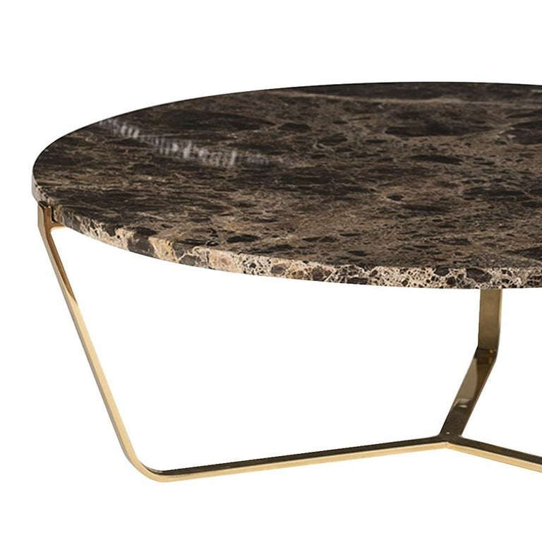 Part of the Dolomiti collection, this elegant low coffee table features a structure in steel with three slightly slanted legs covered in pure 24-karat gold that adds a luxurious accent to the piece and strikingly complements the 2 cm-thick Emperador