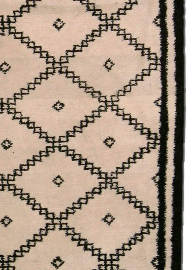 Doris Leslie Blau Collection Moroccan Beige and Black Handmade Wool Rug In New Condition For Sale In New York, NY