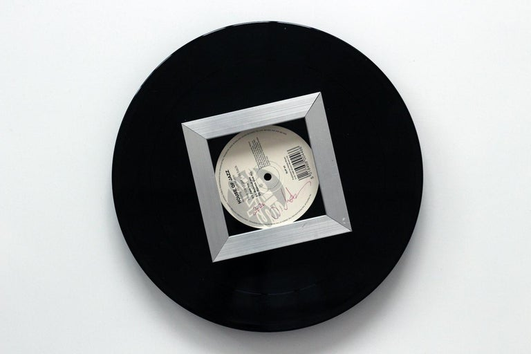 Oil on vinyl, diameter: 25 cm. In this last series Sound and Vision, the line remains the only motif of the compositions, but it is illustrated on a new medium which is none other than a vinyl disk. In painting on a turntable, the artist transformed