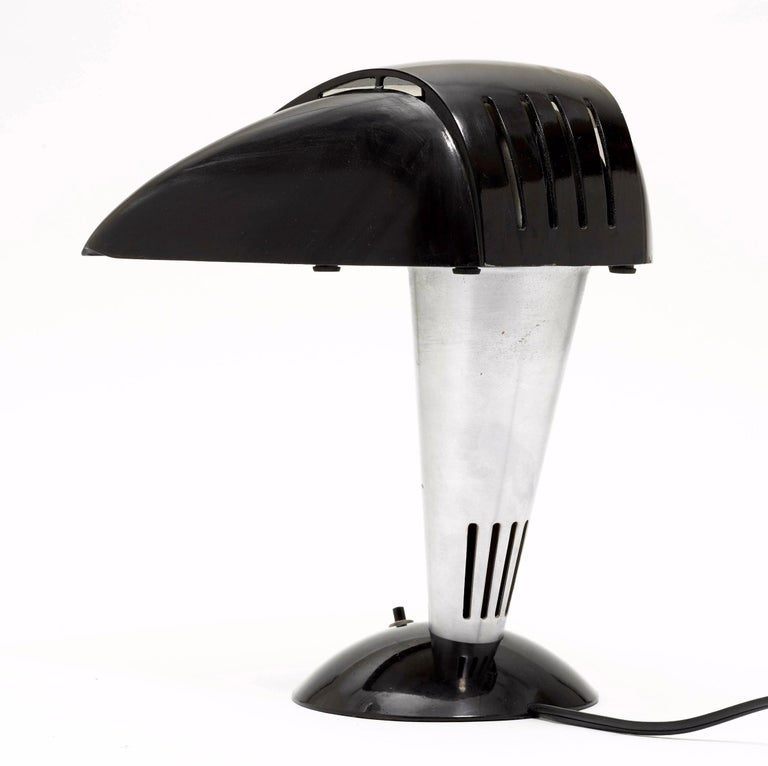 Walter Dorwin Teague (1883-1960) & Frank Del Giudice (1917-1993) Desk Lamp, Model 114, designed in 1939 for the Polaroid Corporation Bakelite and Aluminium Labeled still present on the bottom and inscribed (picture 4) Measures: 9.8