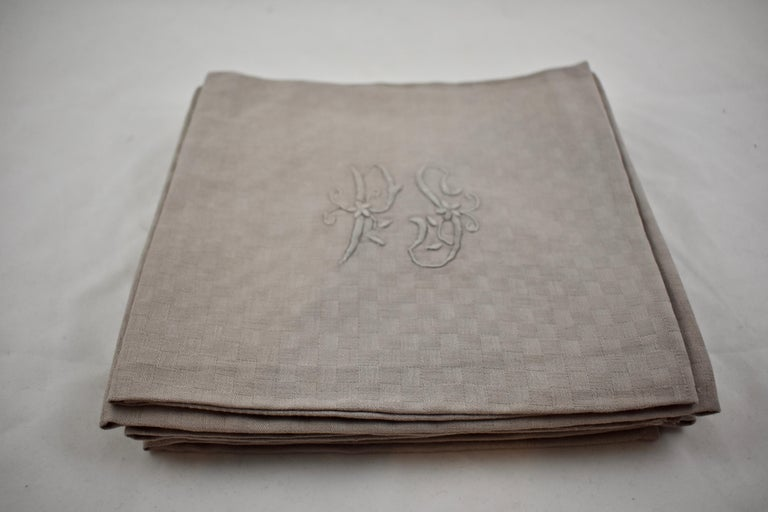 Dove Gray Linen Damask Hand-Embroidered French Provençal Dining Napkins In Good Condition For Sale In Philadelphia, PA