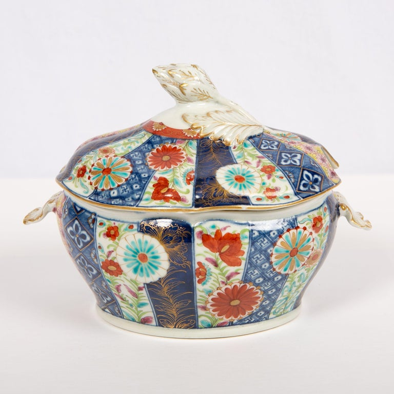 We are proud to offer this beautiful 18th century Mosaic pattern Worcester sauce tureen, cover, and stand. Made in the First Period of Worcester Porcelain, circa 1765, it is hand painted in an ornate Imari inspired pattern. The design shows sixteen