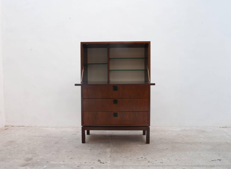 A beautiful bar cabinet, cocktail bar in rosewood veneer, the bar cabinet has an open able lid to use as a tablet while you are preparing an operative, the interior is equipped with a nice quality of cut-glass slides, down three slides with aluminum