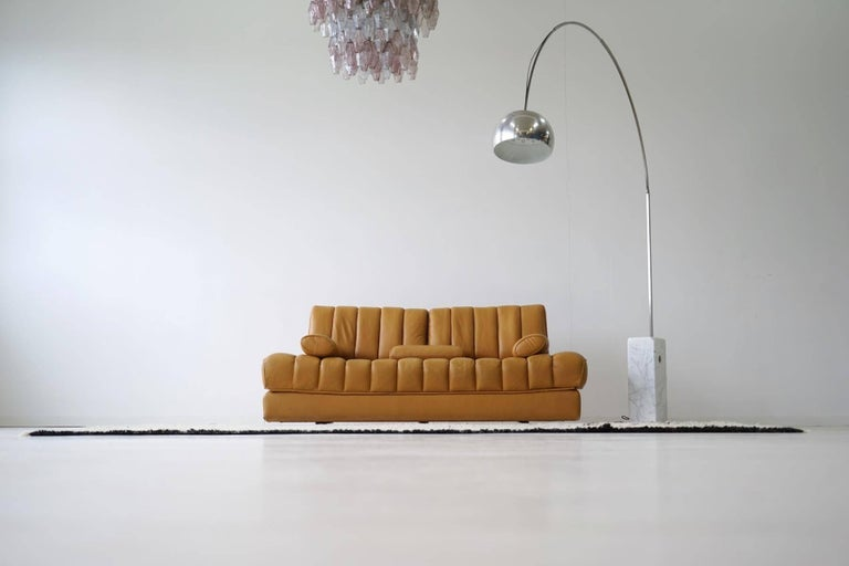 DS 85 De Sede leather sofa daybed canapé chaise longue De Sede sofa with invisible double bed function. Very good comfort and best lying properties. All functions are flawless. The aniline leather has the excellent De Sede quality, is pleasant to
