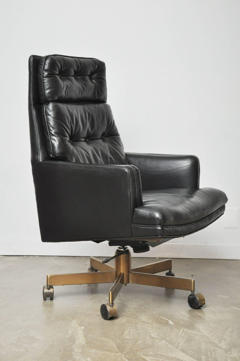 Dunbar Executive Desk Chair by Edward Wormley In Excellent Condition For Sale In Chicago, IL