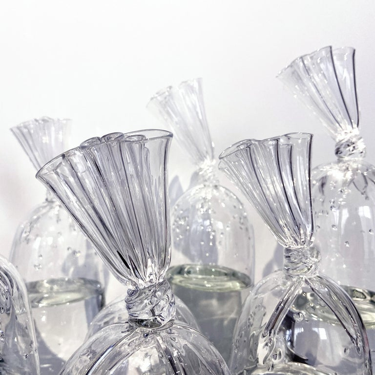 Dylan Martinez's hyperrealistic plastic water bags surprise many. Dylan Martinez combines various glassblowing and sculpting techniques to create his treasured water bags in closed glass. In his works, Martinez creates scenarios that blur the