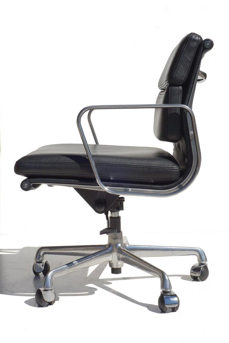 Chrome aluminum frame Black leather Adjustable seat Excellent condition  Measures: H min seat 45 cm, H max seat 55 cm.