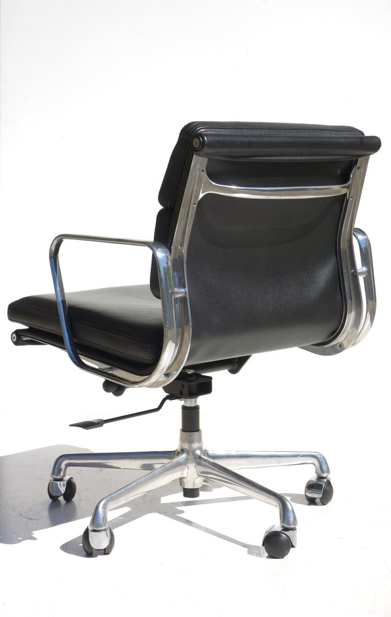 EA 217 Charles Eames by ICF Soft Pad Black Leather Desk Chair In Excellent Condition For Sale In Brescia, IT