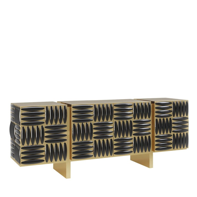 Marked by a resolutely contemporary flair, this sideboard stands out for the masterfully carried out carving process used to decorate its four front doors. The structure showcases a gold finish with a recurring pattern of perpendicularly oriented