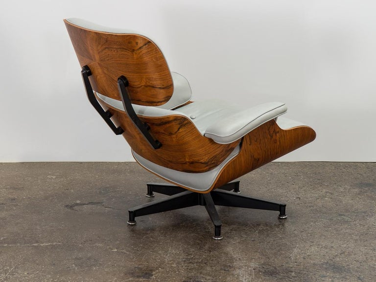 Eames 670 Lounge Chair and 671 Ottoman In Good Condition For Sale In Brooklyn, NY