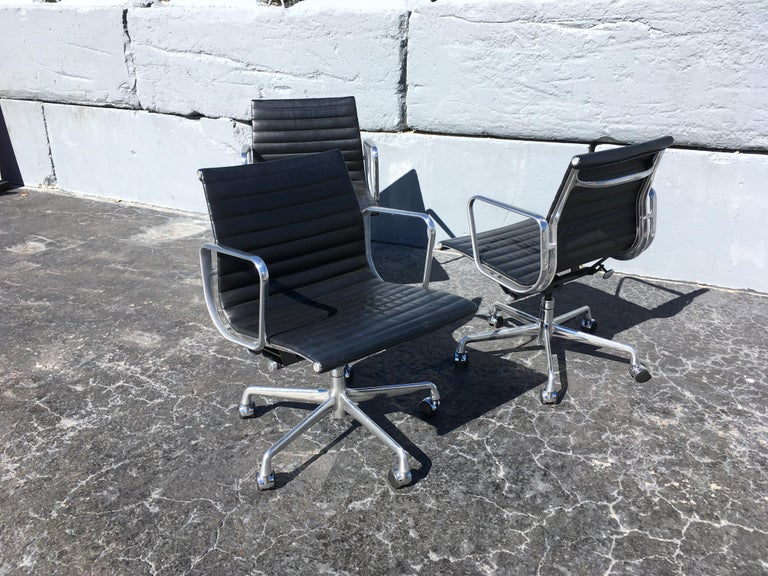 Modern Eames Aluminium Management Chairs in Black Leather for Herman Miller For Sale