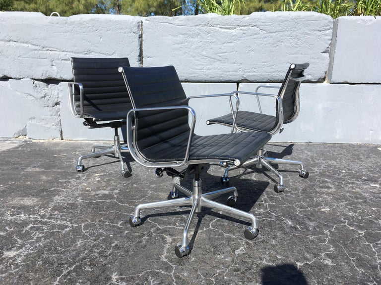 American Eames Aluminium Management Chairs in Black Leather for Herman Miller For Sale