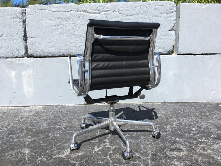 Eames Aluminium Management Chairs in Black Leather for Herman Miller In Good Condition For Sale In Opa Locka, FL