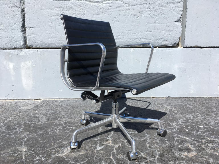 Aluminum Eames Aluminium Management Chairs in Black Leather for Herman Miller For Sale