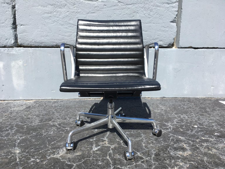 Eames Aluminium Management Chairs in Black Leather for Herman Miller For Sale 1