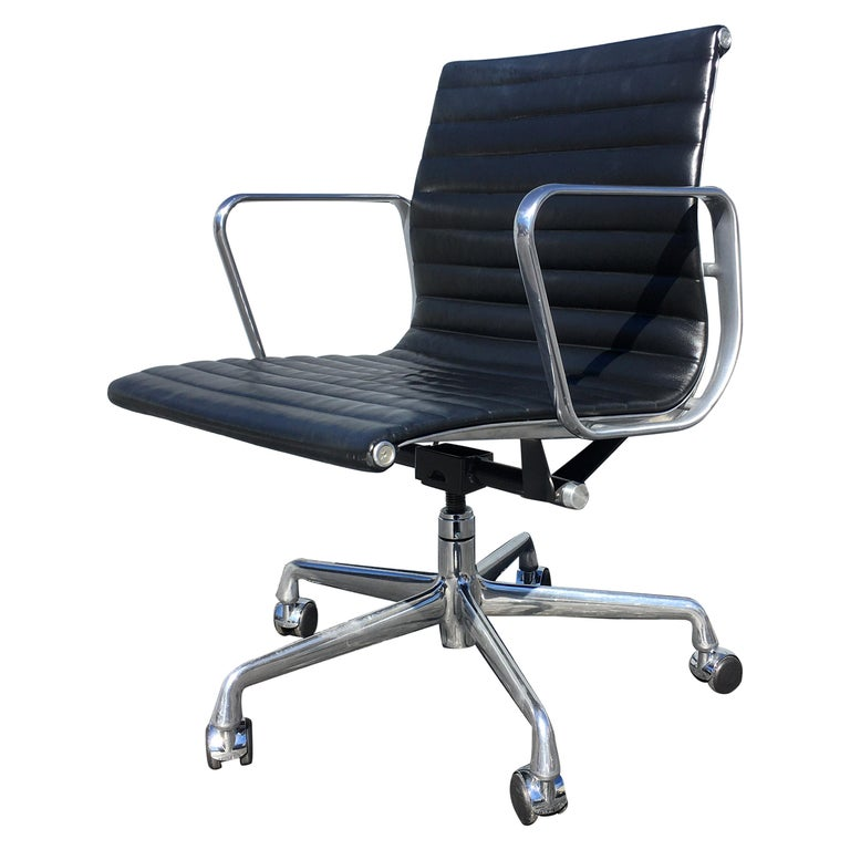 Eames Aluminium Management Chairs in Black Leather for Herman Miller For Sale