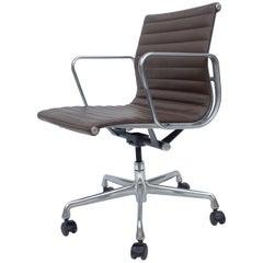Konferenzraumstühle mit Lederbezug aus der Aluminium-Serie von Eames für Herman Miller