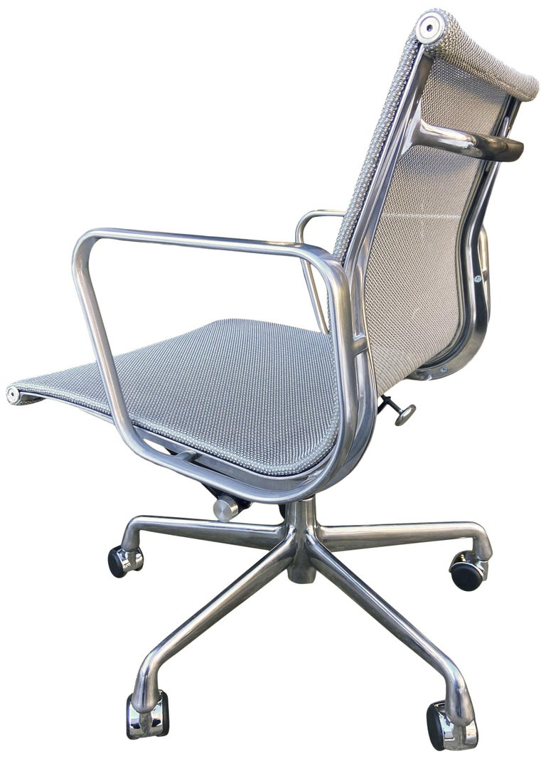 For your consideration are up to 24 Gorgeous and sleek Aluminum Group chairs in quartz / silver / gray mesh designed by Eames for Herman Miller. All in excellent original near new condition with no rips to mesh. With manual tilt and height
