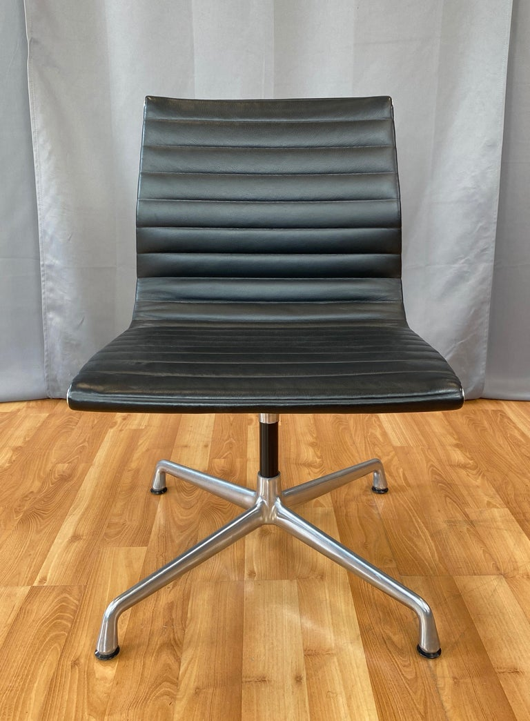 Mid-Century Modern Eames Aluminum Group Side Chair, in Black Leather, 4 Star Base For Sale
