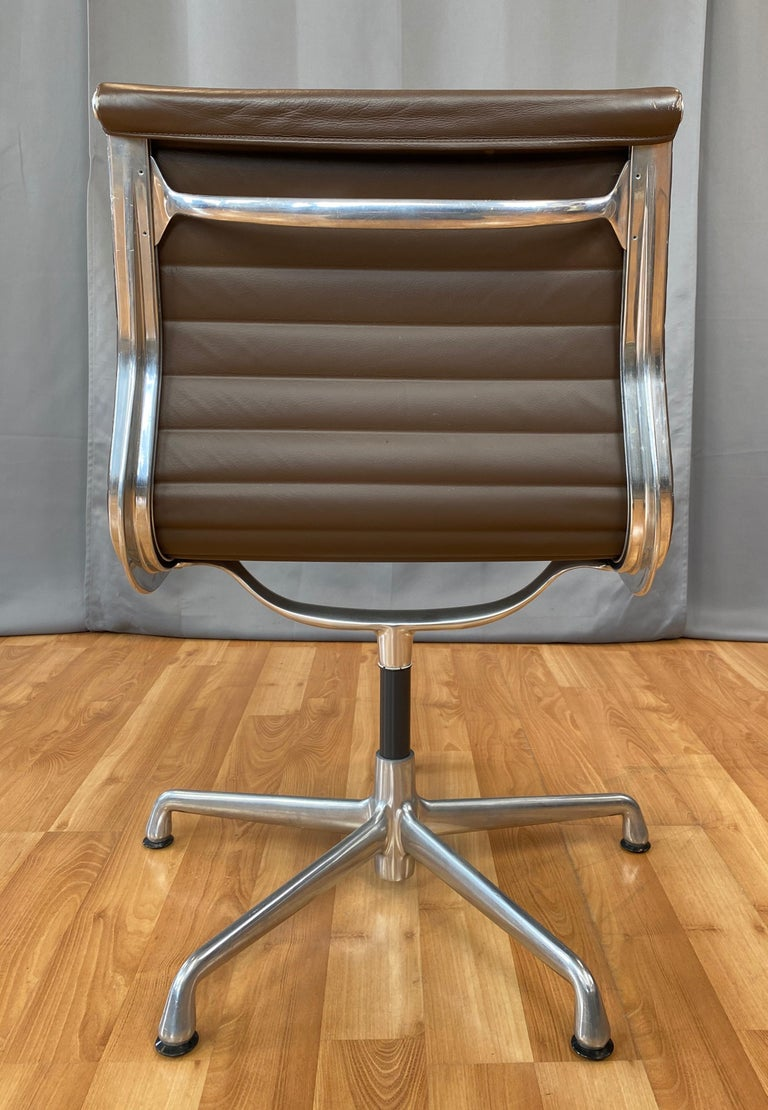 Eames Aluminum Group Side Chair, in Brown Leather 5 Star Base In Good Condition For Sale In San Francisco, CA