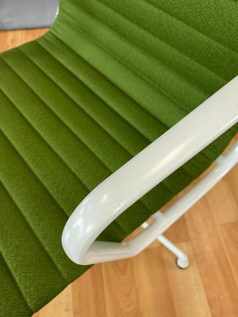 Eames Aluminum Group Side Chair, White Frame, Light Olive Green Upholstery For Sale 7