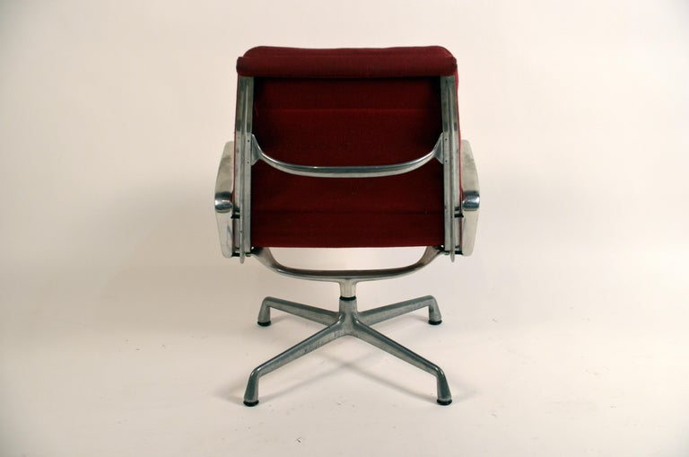 Eames Burgungy EA 216 Soft Pad Swiveling Lounge Chair for Herman Miller In Good Condition For Sale In Los Angeles, CA