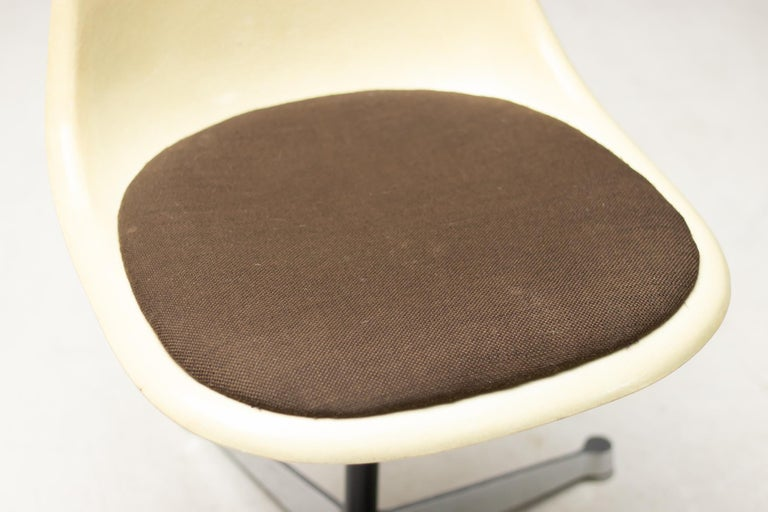 Eames Contract Base Desk Chair In Good Condition For Sale In Dronten, NL